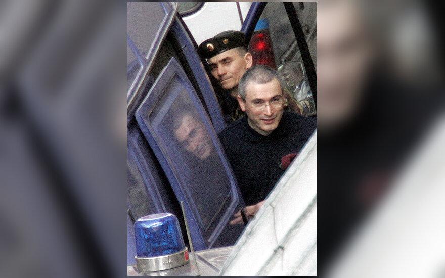 """Įkalintas """"Jukos"""" kompanijos vadovas Michailas Chodorkovskis vedamas iš teismo rūmų Maskvoje."""