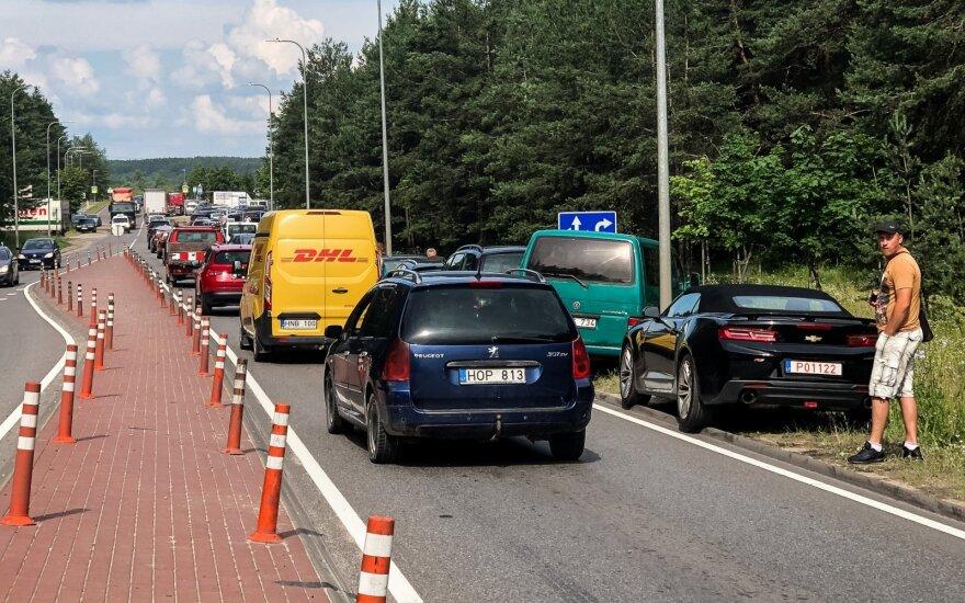 Около Regitra выстроились очереди: люди спешат перерегистрировать автомобили до вступления в силу нового налога