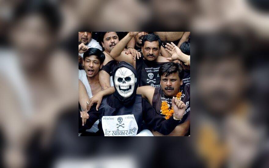 Šimtai smulkiųjų verslininkų Delyje (Indija) protestuoja reikalaudami sumažinti pridėtinės vertės mokestį (PVM).