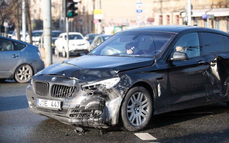 В Вильнюсе водитель BMW не пропустил полицейских: двух офицеров доставили в больницу