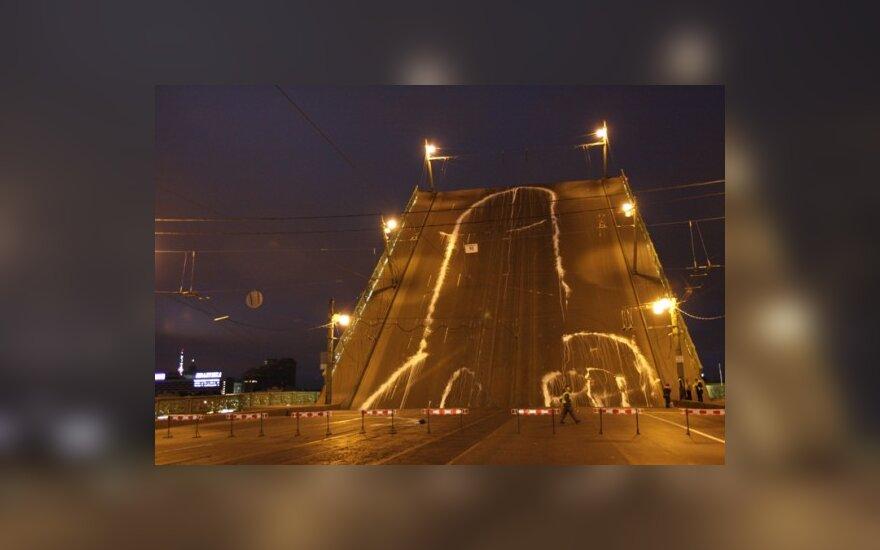 """Акция группы """"Война"""": 65-метровый фаллос напротив здания ФСБ. Фото - http://plucer.livejournal.com"""