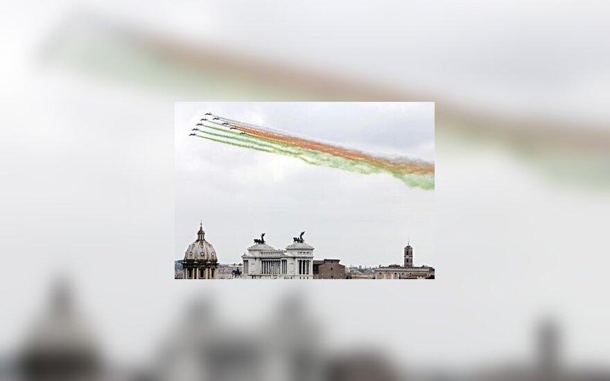 Italijos specialiosios oro pajėgos per 58-ųjų Italijos tapimo respublika metinių ceremoniją skleidžia italų vėliavos spalvų dūmus virš Romos.