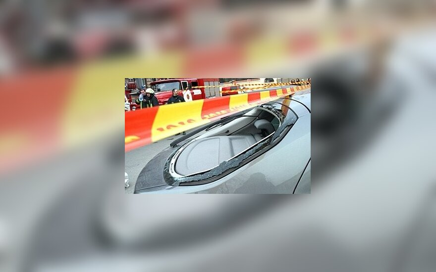 У ТЦ ветер повалил строительные леса, повреждены автомобили