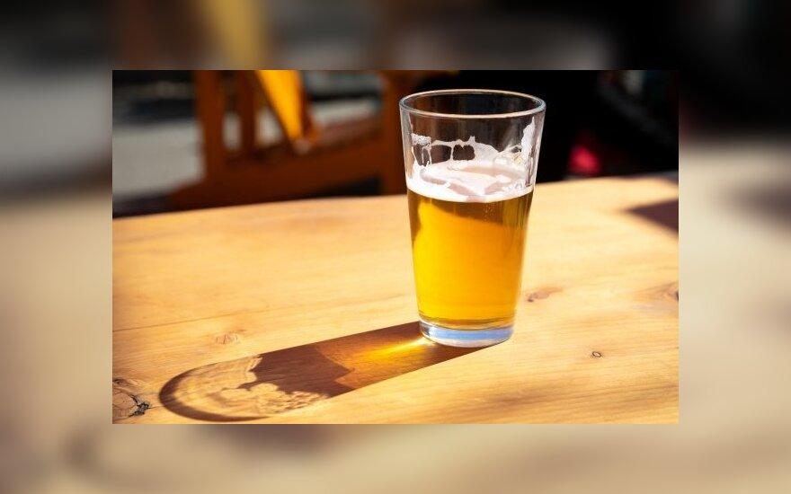 Вместо того чтобы дуть в алкотестер, водитель хотел пить пиво