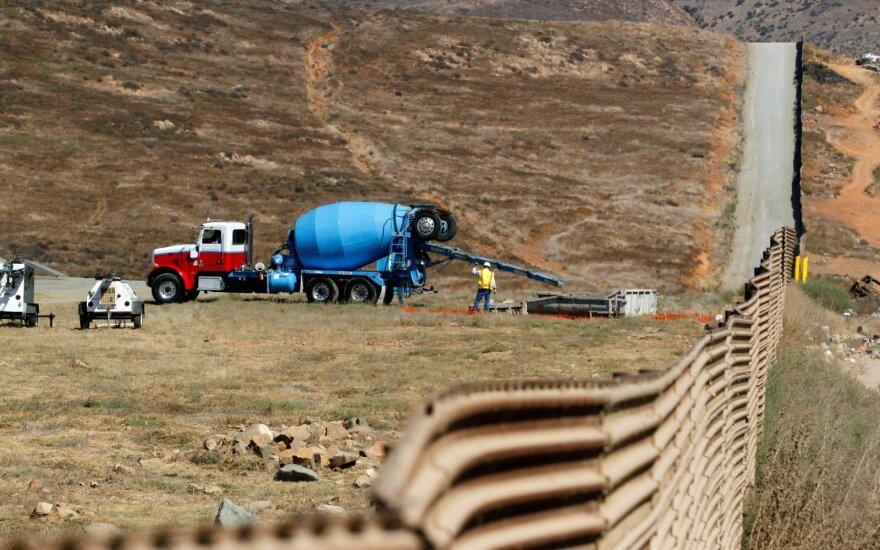 Белый дом по-прежнему настаивает на возведении стены на границе с Мексикой
