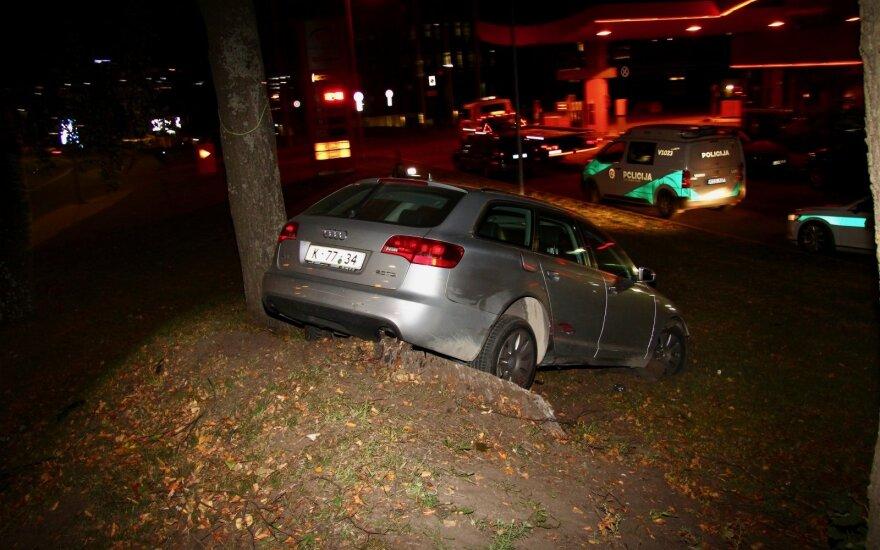 В Вильнюсе с дороги съехал автомобиль проворовавшихся в Akropolis мужчин