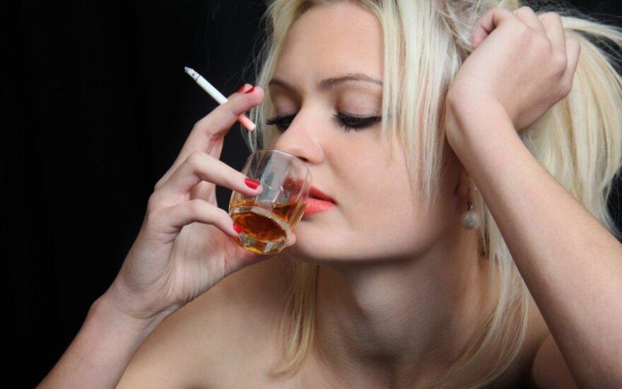 Moteris rūko ir geria alkoholį