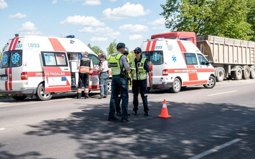 В Паневежском районе в ДТП из-за декорации на дороге погибли женщина и ребенок
