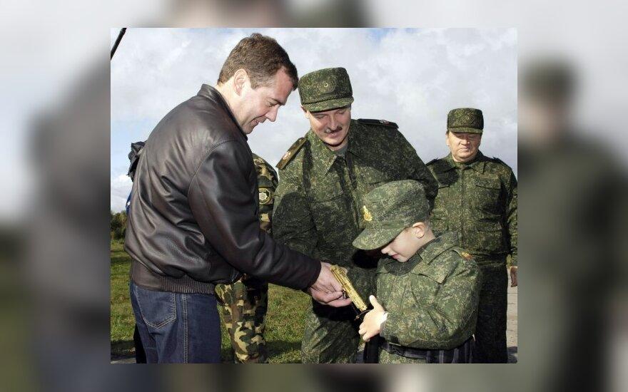 Сын А.Лукашенко Коля показывает свой пистолет