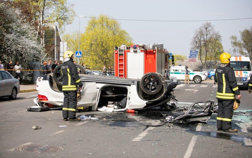 В Вильнюсе из многоэтажной парковки выпал автомобиль