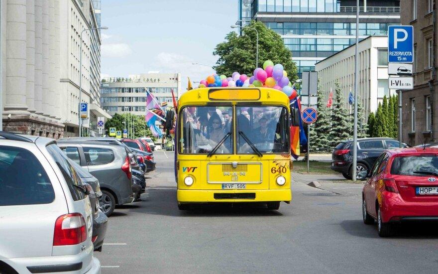 """По Вильнюсу проехал """"радужный"""" автобус"""