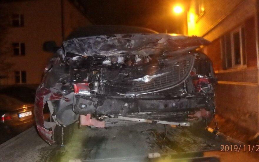 Пьяный водитель Chrysler в Каунасе побил 5 автомобилей, а потом врезался в стену дома