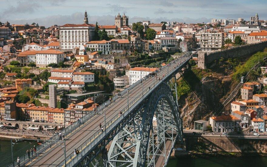 В Португалии голая и пьяная девушка спрыгнула в реку с моста