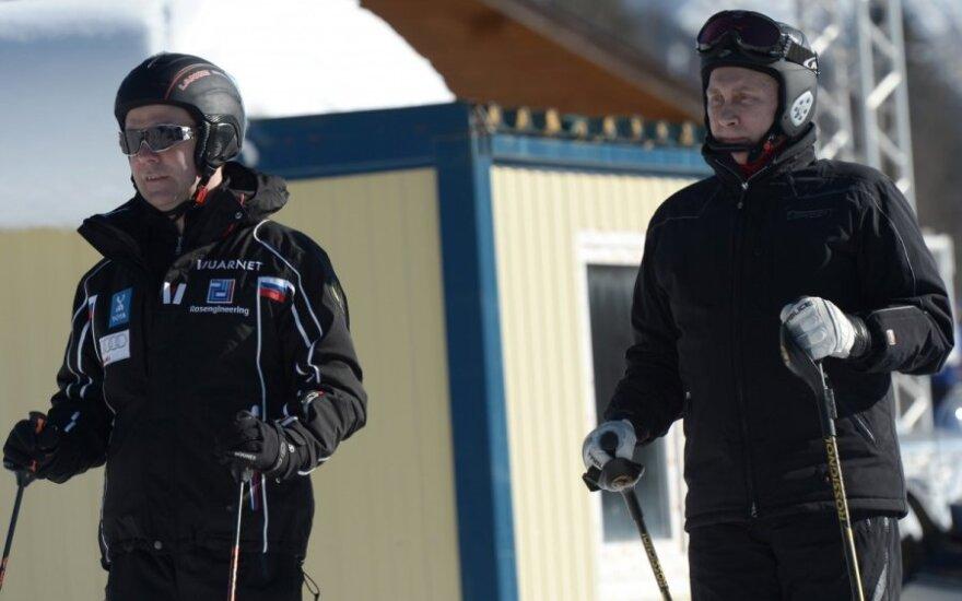 Путин в Сочи прокатился на лыжах с Медведевым и пообещал проверку