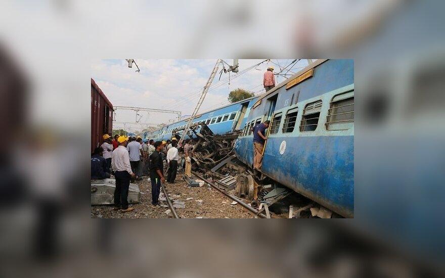 Десятки человек погибли при крушении поезда в Индии