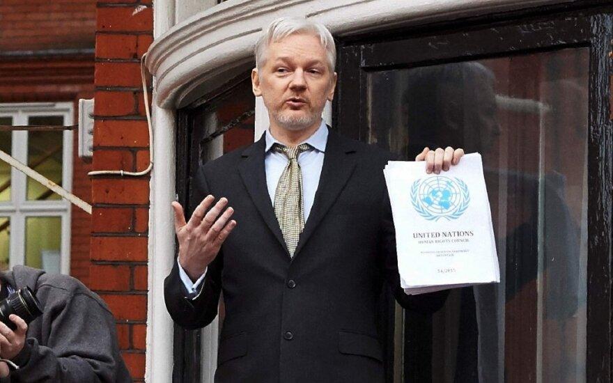 Ассанж получил гражданство Эквадора, но власти Британии не выпускают его