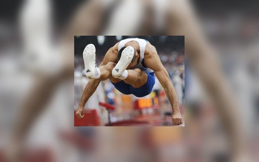 Dešimtkovininko iš Čekijos Romano Sebrle šuolis Pekino olimpiados varžybose.