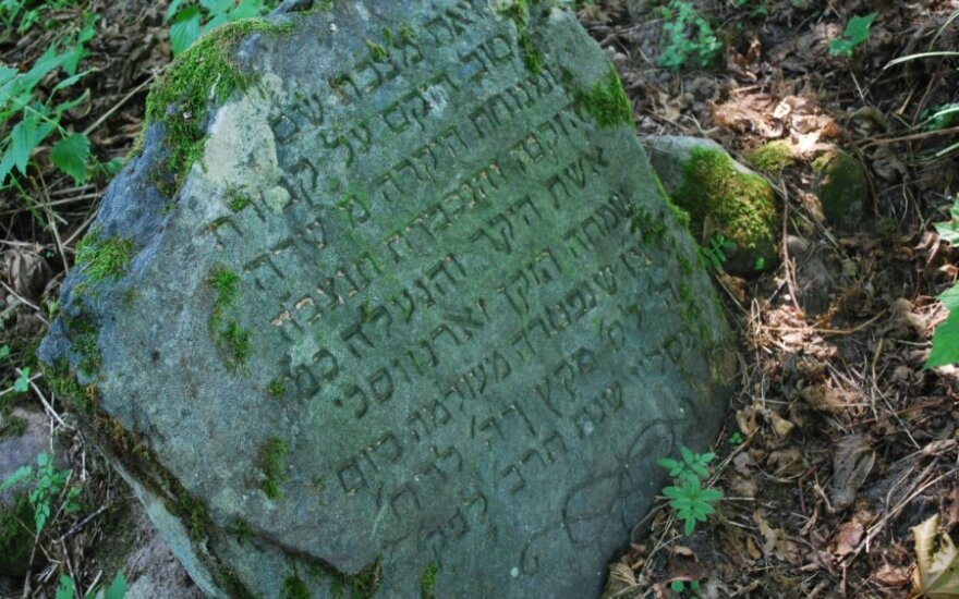 Шяуляй: раскопки рядом с еврейским кладбищем привели к конфликту