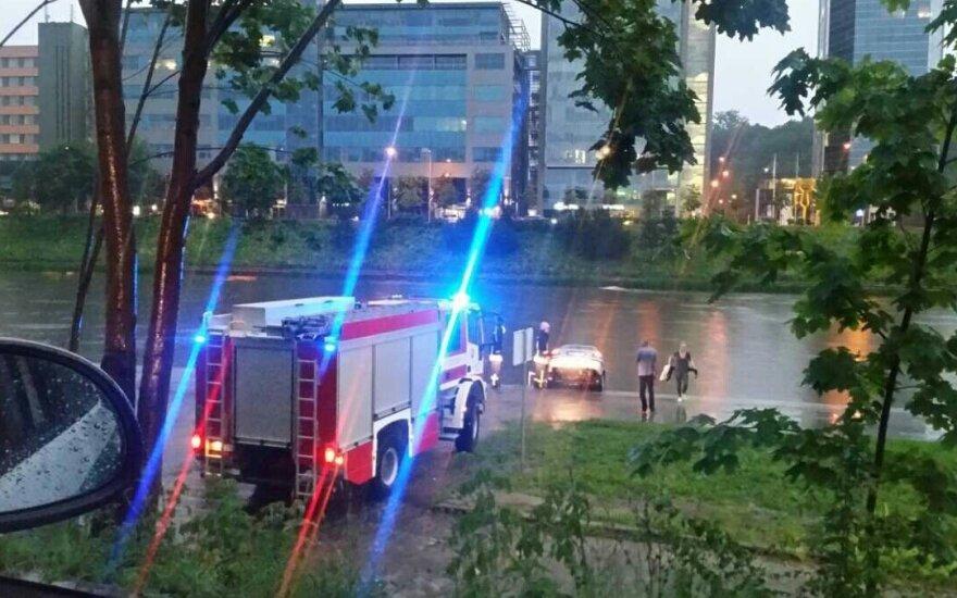 Во время ливня в Вильнюсе в реку съехал автомобиль