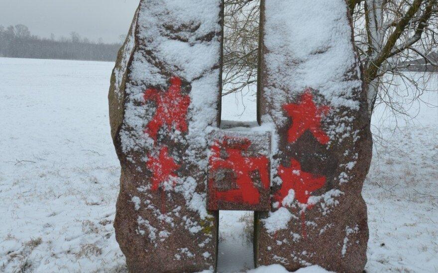 В Литве памятник сотрудникам НКВД разрисовали советскими и нацистскими символми