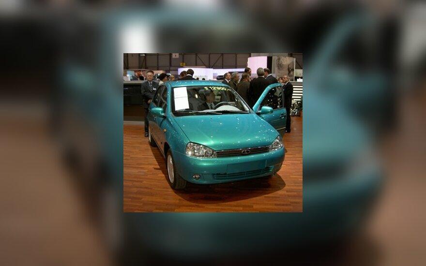 Продажи автомобилей в России сократились наполовину