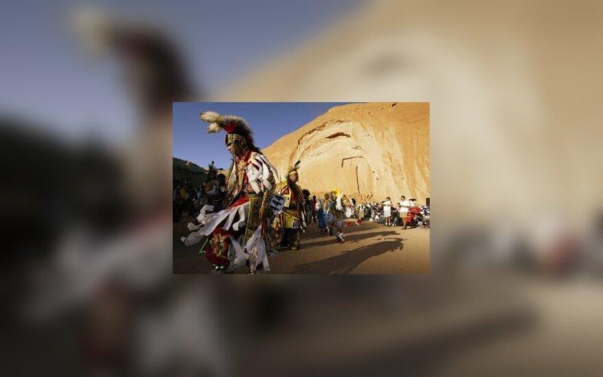Amerikos indėnai šoka nacionalinius šokius 83-iojoje Kasmetinės Tarpgentinės Indėnų papročių savaitės metu Gallupo mieste JAV.