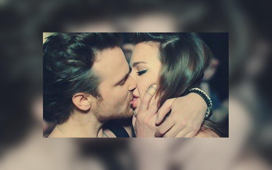Чадов показал поцелуй с Дитковските