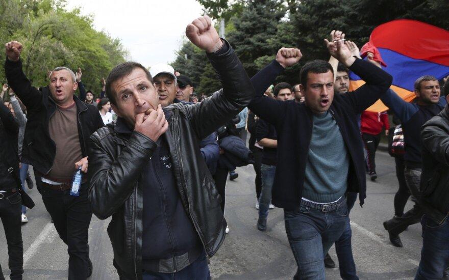 Народные протесты против правительства в Ереване: к митингующим присоединяются военные