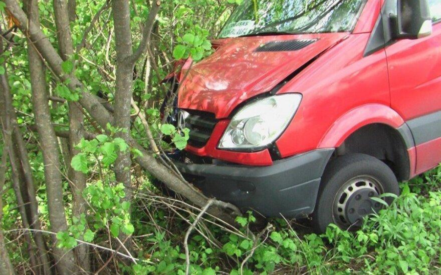 """Из-за проблем со здоровьем водителя автобус """"Клайпеда-Паланга"""" врезался в деревья"""