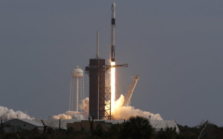 Корабль Crew Dragon с астронавтами NASA возвращается на Землю