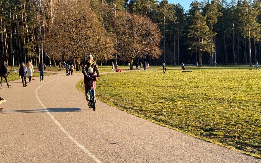 В Литве действует новое правило: в парках и других местах нельзя собираться больше чем по 5 человек
