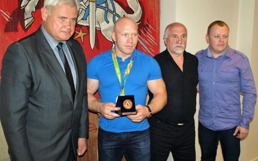 Bronislavas Vyšniauskas (antras iš dešinės)