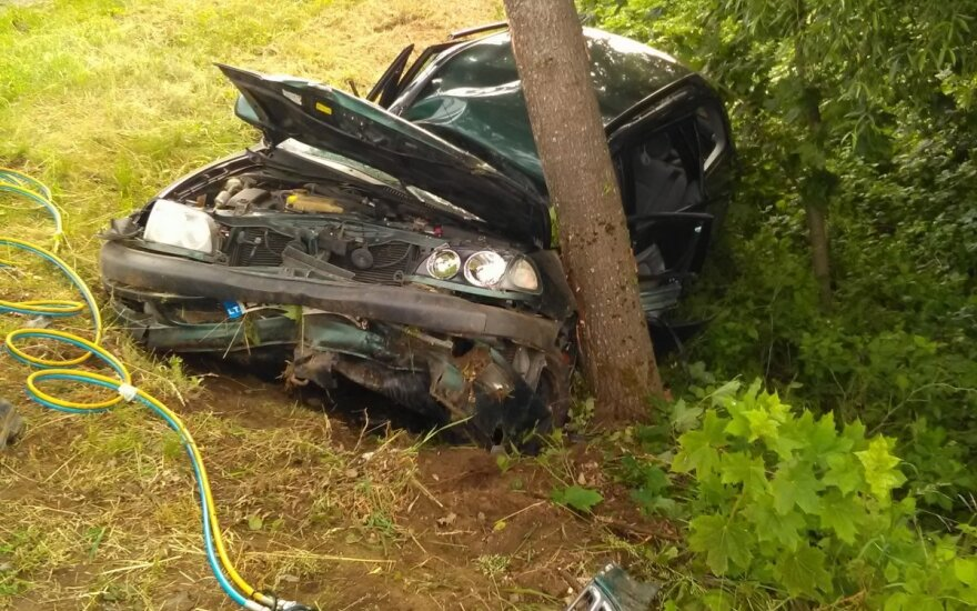 Жуткое ДТП в Юрбаркском районе: автомобиль врезался в дерево, водитель не выжил