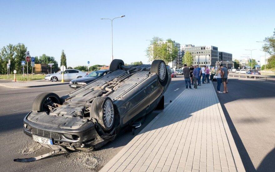 Серьезное ДТП в Вильнюсе: Mercedes перевернулся и врезался в 7 автомобилей