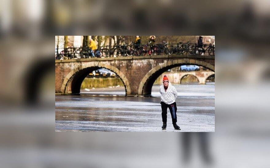 Благодаря морозу в каналах в Амстердаме снова катаются на коньках