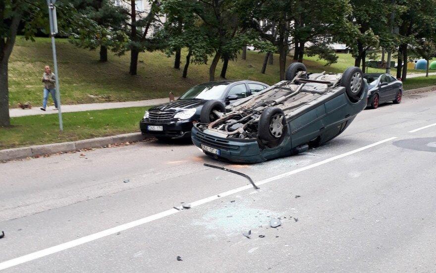 В Вильнюсе Opel девушки задел три автомобиля и перевернулся