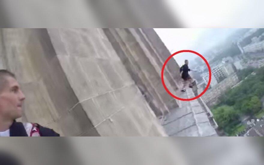 """""""Księża"""" skoczyli z Pałacu Kultury i Nauki w Warszawie"""