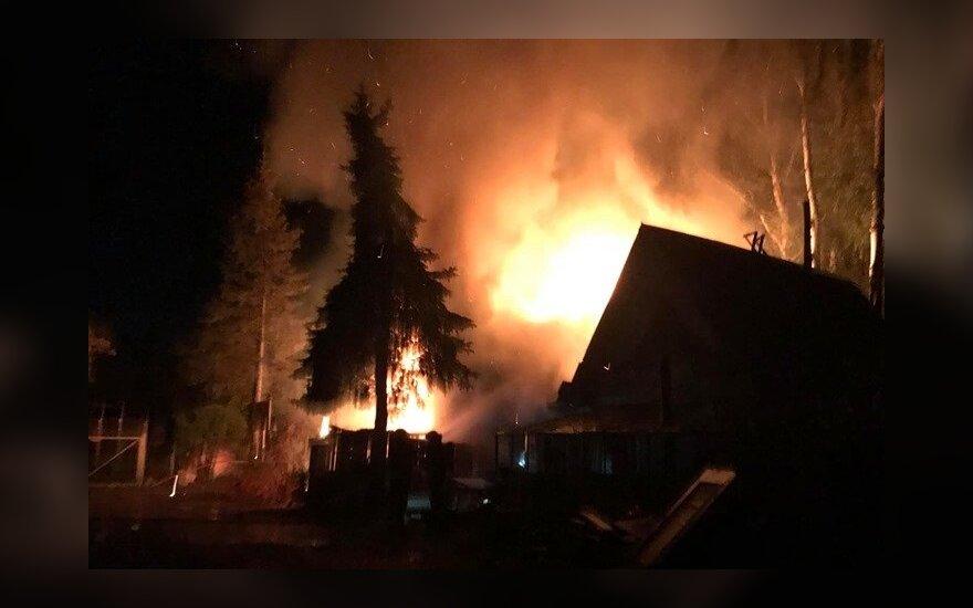 В Вильнюсе загорелся дом, пожарные спасли мужчину