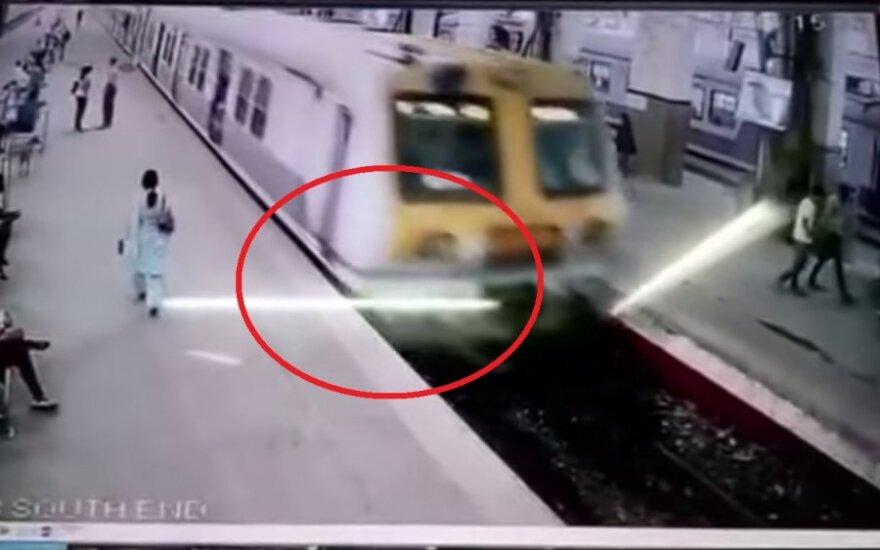 W Mumbaju wykoleił się pociąg