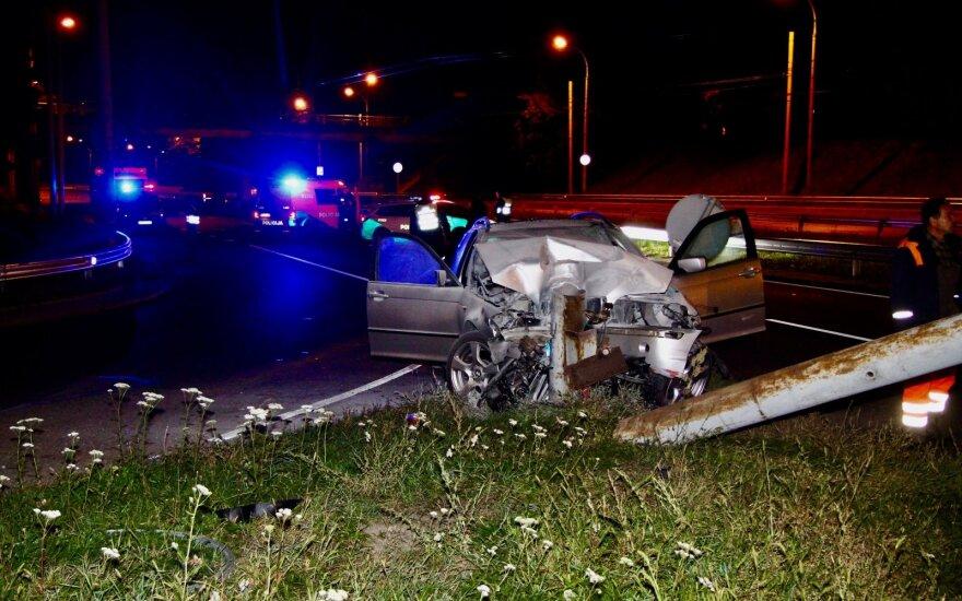 В Вильнюсе пьяный водитель BMW врезался в столб