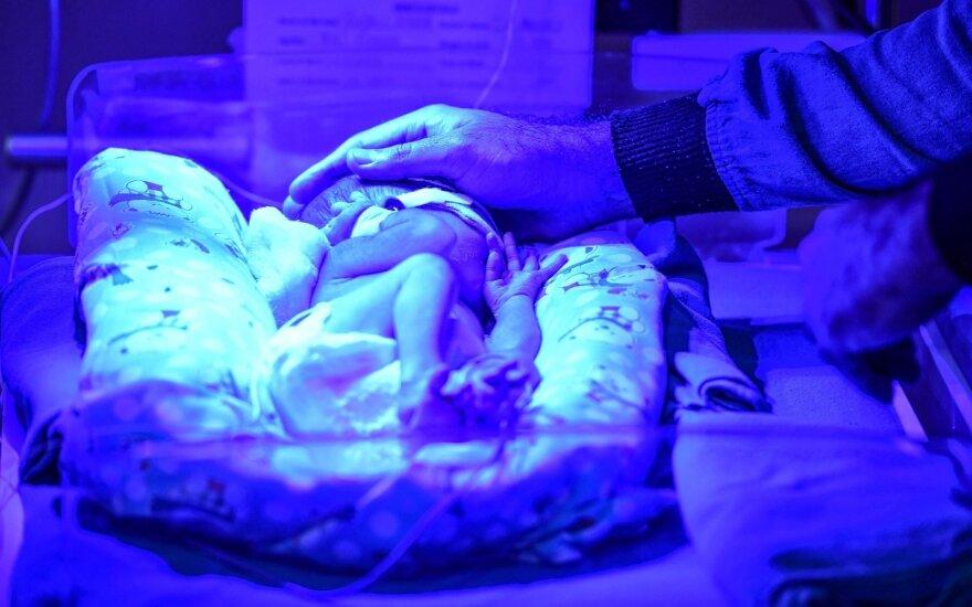 Оставившая младенца в подъезде многоквартирного дома роженица решила сама его растить