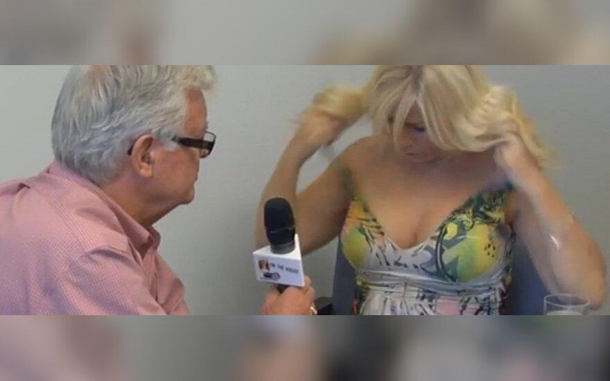ВИДЕО: Канадская журналистка обнажилась во время интервью с мэром