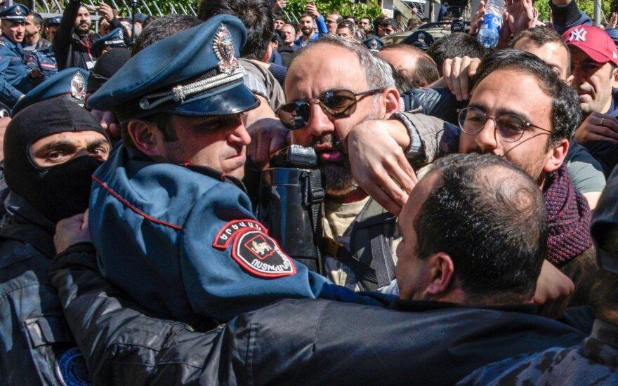 Экс-президент метит в премьеры: против чего протестуют в Армении
