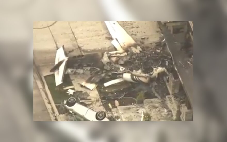 Житель США спикировал на самолете на свой дом