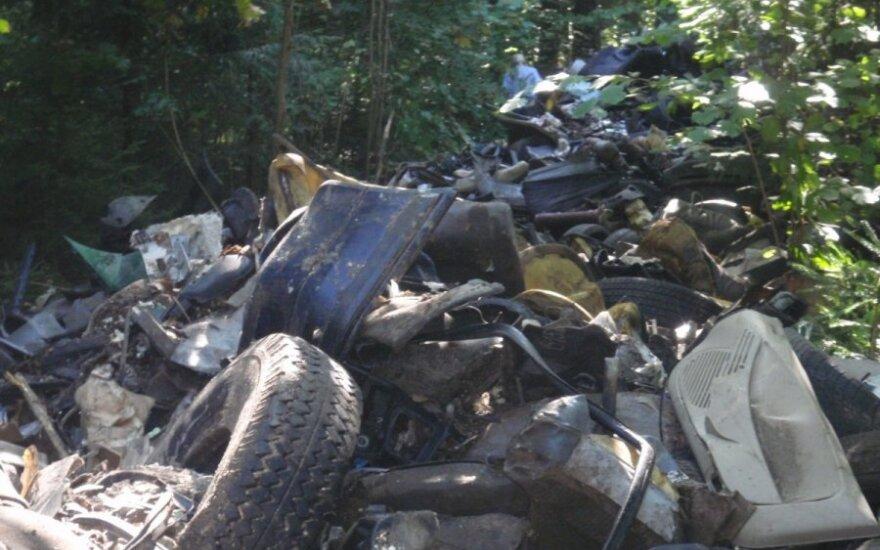 Automobilių ardymo atliekos miške (Eksploatuoti netinkamų transporto priemonių tvarkytojų asociacijos nuotr.)