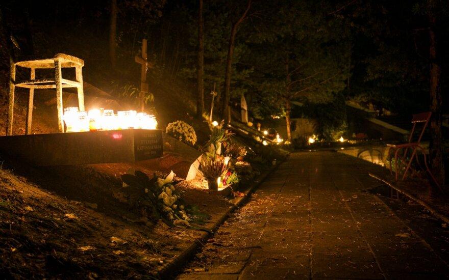 Посещение кладбищ: дайте усопшим покой, зажгите свечу и не устраивайте столпотворения