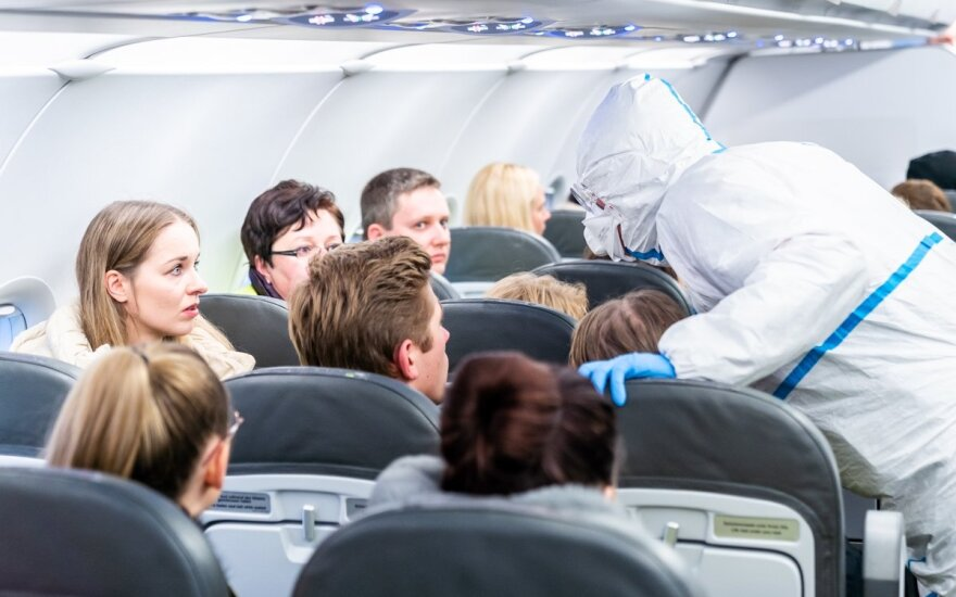 Вернувшиеся полупустым самолётом из Милана литовцы прошли дезинфекцию