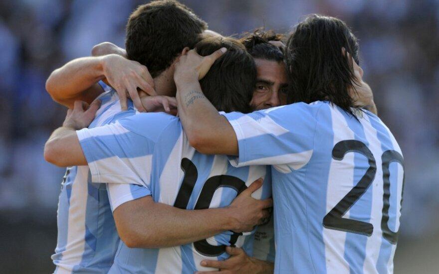Argentinos futbolininkai sveikina C.Tevezą