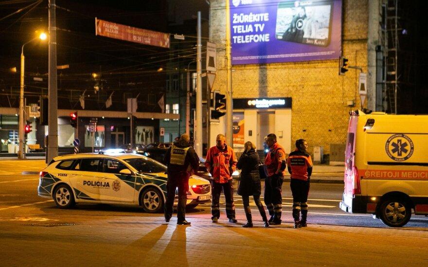 В Вильнюсе женщина пыталась перебежать через дорогу между двумя скорыми и не заметила трос