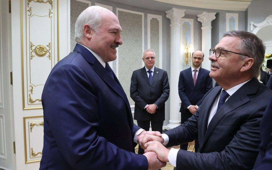 Объятия в Минске Лукашенко и главы Международной федерации хоккея обсуждают и осуждают. И не только в Беларуси